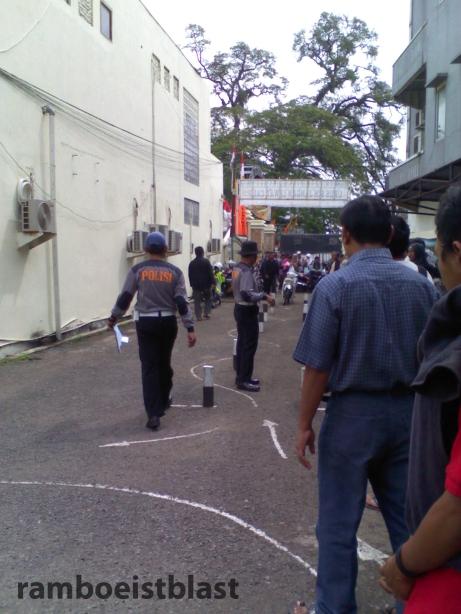 suasana tes praktek, pengarahan oleh polisi