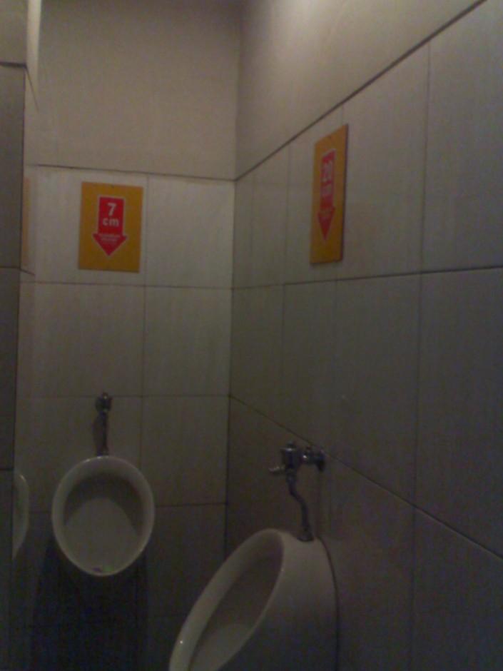suasana di toilet pria