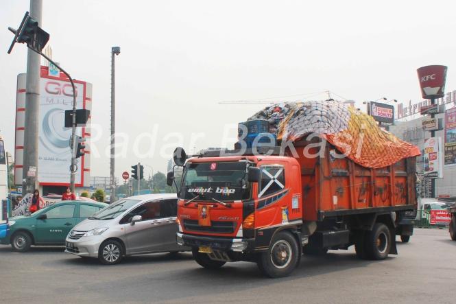 Truk Sampah bikin bau Jalan Raya